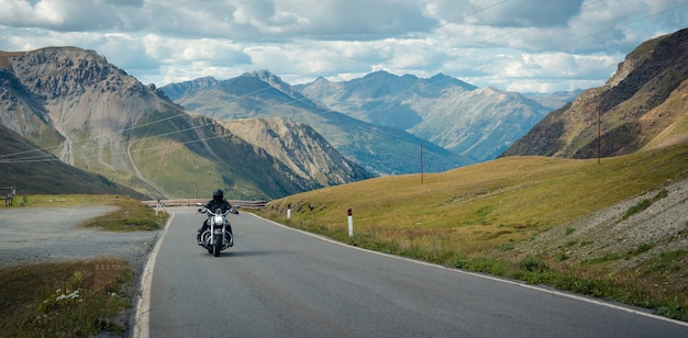 오토바이 운전자가 stelvio pass를 통과하고 있습니다. 이탈리아