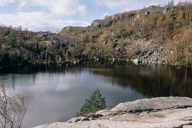 Горное озеро на вершине горы прекестулен (кафедра) в норвегии. Premium Фотографии