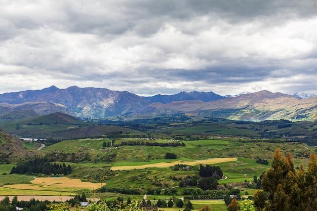 Горный хребет недалеко от южного острова квинстауна, новая зеландия.