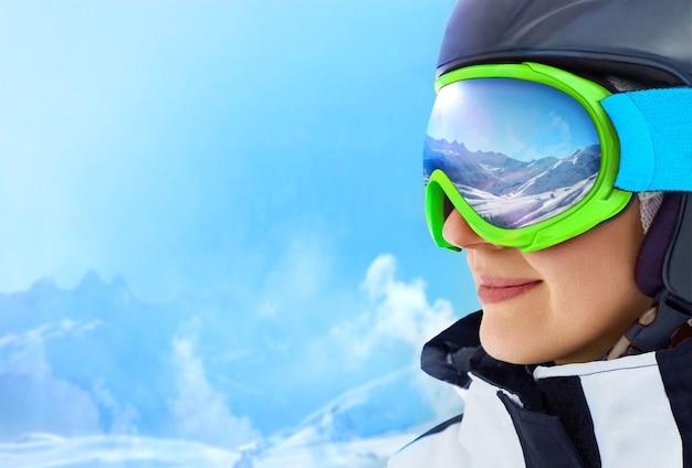 スキーマスクに映る山脈。浅い被写界深度。