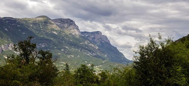 トブリーノ湖の近くの雲に囲まれた山