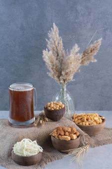 荒布にブレッドスティックとエンドウ豆とビールのマグカップ