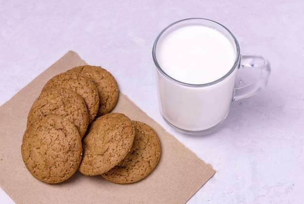 버터밀크와 오트밀 쿠키 한 잔