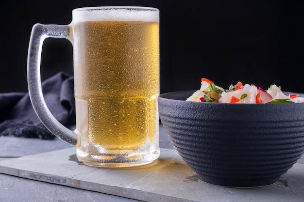 시원한 맥주 한 잔과 세비체 한 그릇.