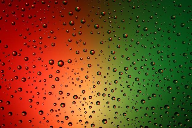 Разноцветные и капли воды