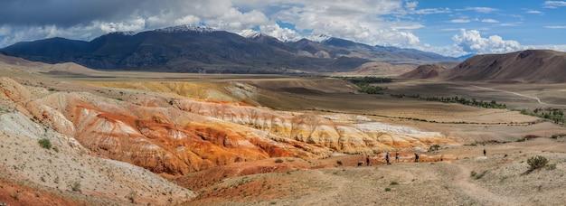알타이 남부의 산속에있는 여러 가지 빛깔의 사막 구호