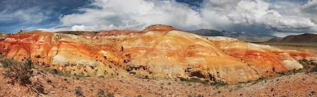 알타이 남쪽 산의 여러 가지 색의 사막 구호