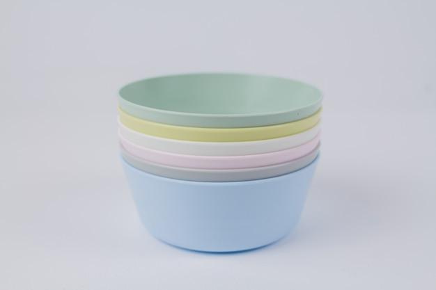 Разноцветные пластиковые тарелки