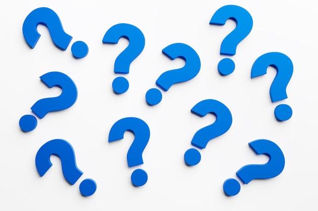 白い背景に多数の青い疑問符。優柔不断と疑いの概念。 3dレンダリング。