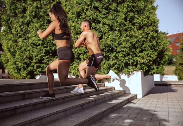 公園で運動をしている筋肉の運動選手
