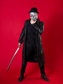 느와르 스타일의 신비한 닌자 암살자 검은 옷의 남자