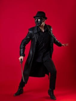 느와르 스타일의 신비한 닌자 암살자 검은 가죽 옷을 입은 남자