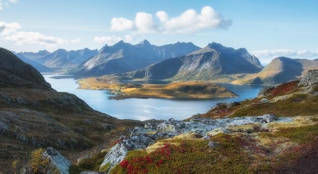 로포텐 제도 산속의 좁은 피요르드. 북극 노르웨이의 아름다운 가을