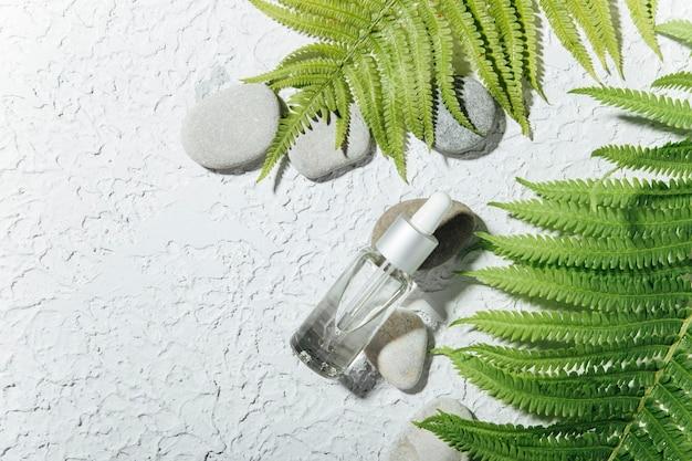 Натуральное средство по уходу за кожей в стеклянном флаконе с капельницей сыворотка для женской кожи лица.