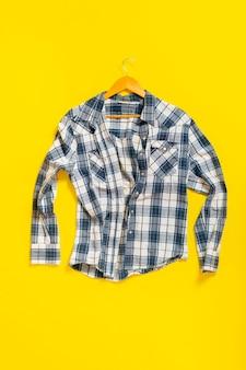 新しいシンプルな市松模様のクラシックなカジュアルシャツフラットレイ、上からの眺め