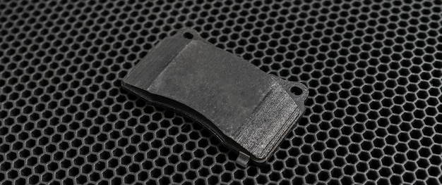 Тормозные колодки нового спортивного автомобиля на темном фоне плоской планировки
