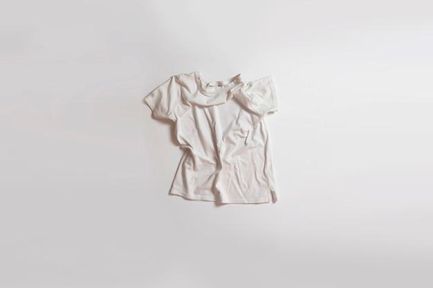 新しいtシャツフラットレイ新しい服、カジュアルな生地、ミニマルなコンセプト