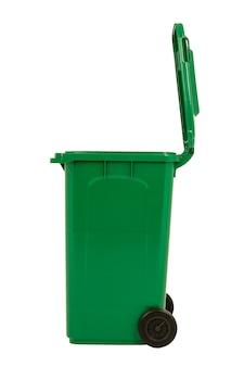 Новая распаковка зеленого большого мусорного ведра на белом фоне.