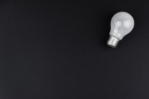 검정색 배경에 새로운 흰색 전구