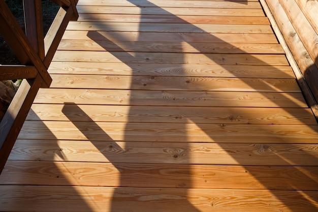 Строится новая деревянная палуба.