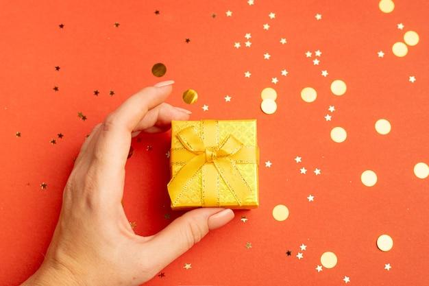 여성 의 손에 든 새해 선물 . 크리스마스 선물입니다. 공간을 복사합니다. 선물 선택에 관한 기사.
