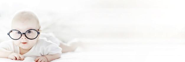 Новорожденный ребенок лежит на мягкой кровати. воспитание эмоций у детей.