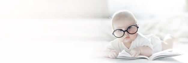 갓 태어난 아기가 푹신한 침대에 누워 있습니다. 아이들의 감정 교육.