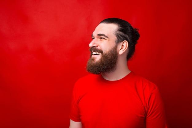 笑顔で目をそらしている男の素敵な肖像画