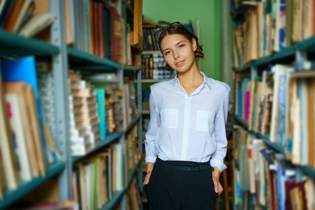 도서관에서 흰 셔츠에 좋은 여자는 웃