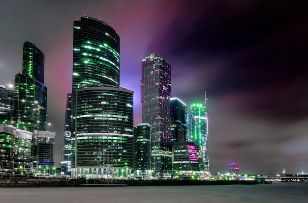 Ночной городской пейзаж зданий москвы-сити.