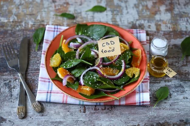 サラダのプレートにcbd食品の碑文が書かれたメモ。