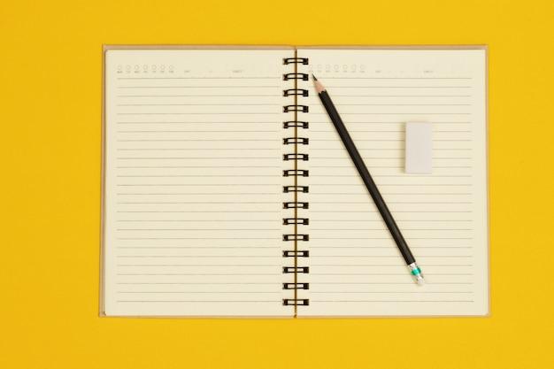 鉛筆と白い消しゴムが付いたノートが助かります。