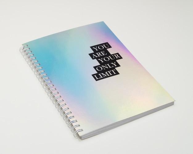 虹色のカバーとやる気を起こさせるテキスト、白い背景のノートブック