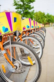 美しい自転車がたくさん路上でレンタルされています。ビリニュス、リトアニア