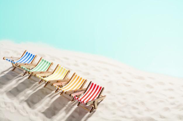 모래 사장에 다채로운 안락의 숫자
