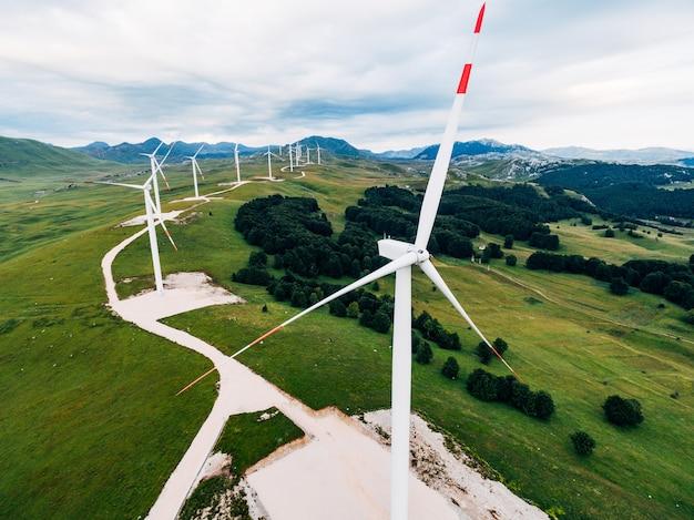 몬테네그로의 헬렌 언덕에있는 수많은 고 풍력 터빈