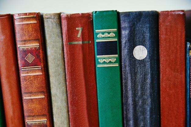 多くの古いハードカバーの本、閉じた本
