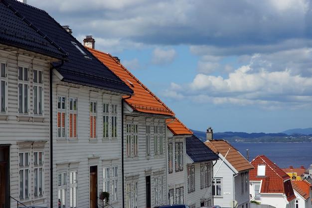 노르웨이의 거리에 기와 지붕이있는 여러 목조 주택