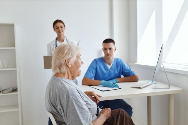 간호사와 의사가 환자 진단 의료 서비스를 검사합니다.