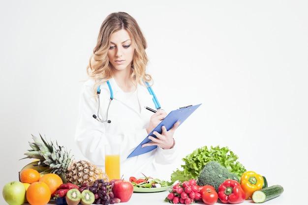 Женщина-диетолог-врач. изолированные на лозы