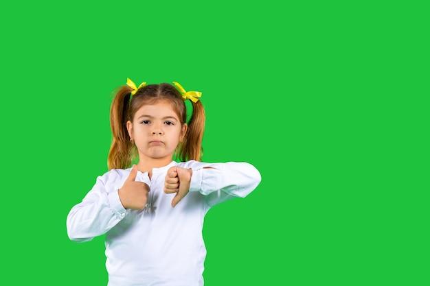 Обиженная девушка показывает большой палец вверх и большой палец вниз