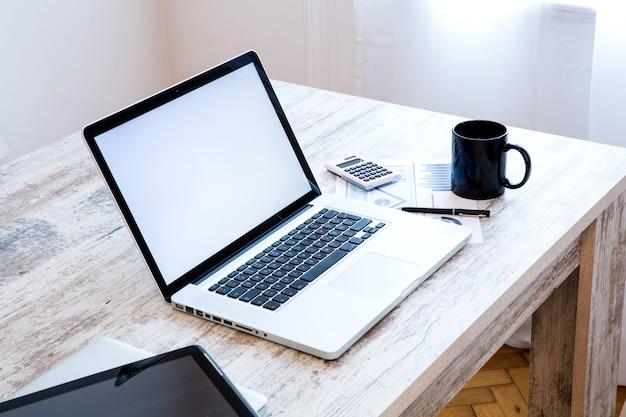 ラップトップコンピューターとタブレットpcを使用したオフィスセットアップ。