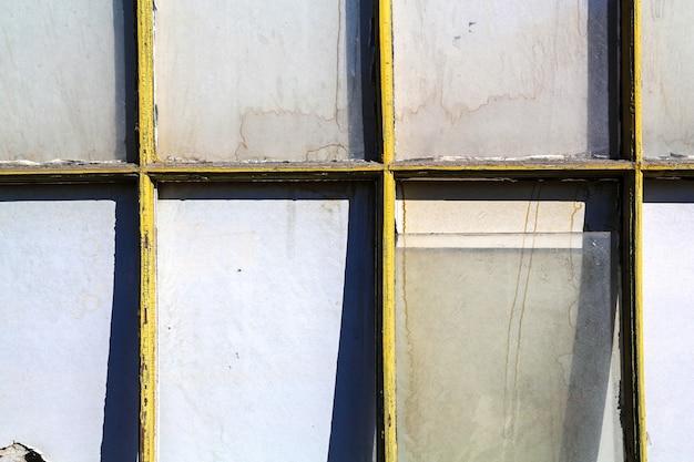 Старое и разбитое окно в заброшенном здании