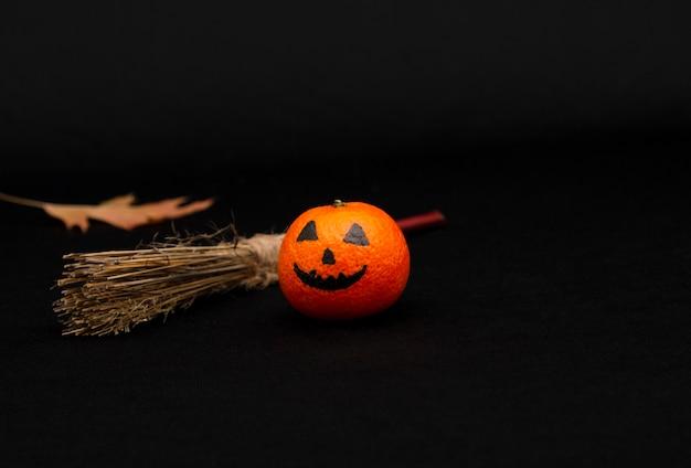 ハロウィーンのカボチャ、幸せなハロウィーンの柑橘類のように描かれたオレンジ色のマンダリン