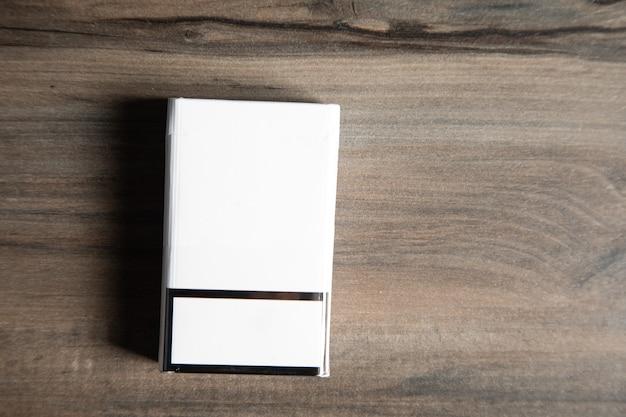 나무 테이블에 담배 한 갑