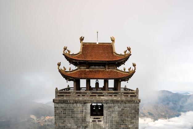 ベトナムのファンシーパン山の頂上にある塔。