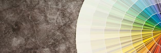 画家は家の壁の内部にペイントシェードを選んでいます。インテリア付き
