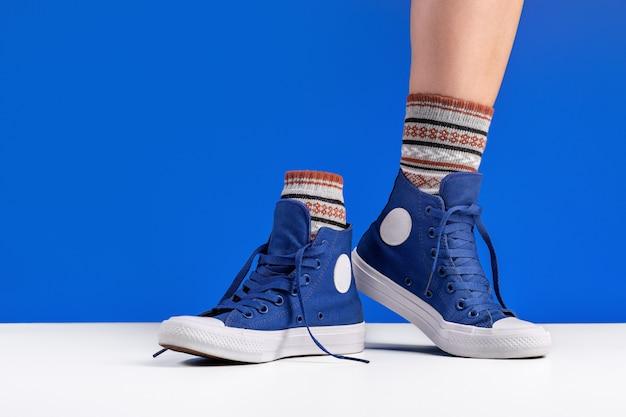 靴ひもでつながれた青い体育館シューズ