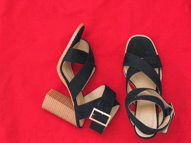 Пара модных женских туфель на высоком каблуке из красной ткани. модная женская обувь. плоская планировка.