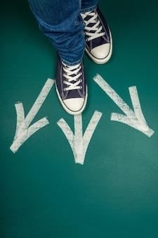 3つの異なる方向を指す矢印記号が付いた足のペア